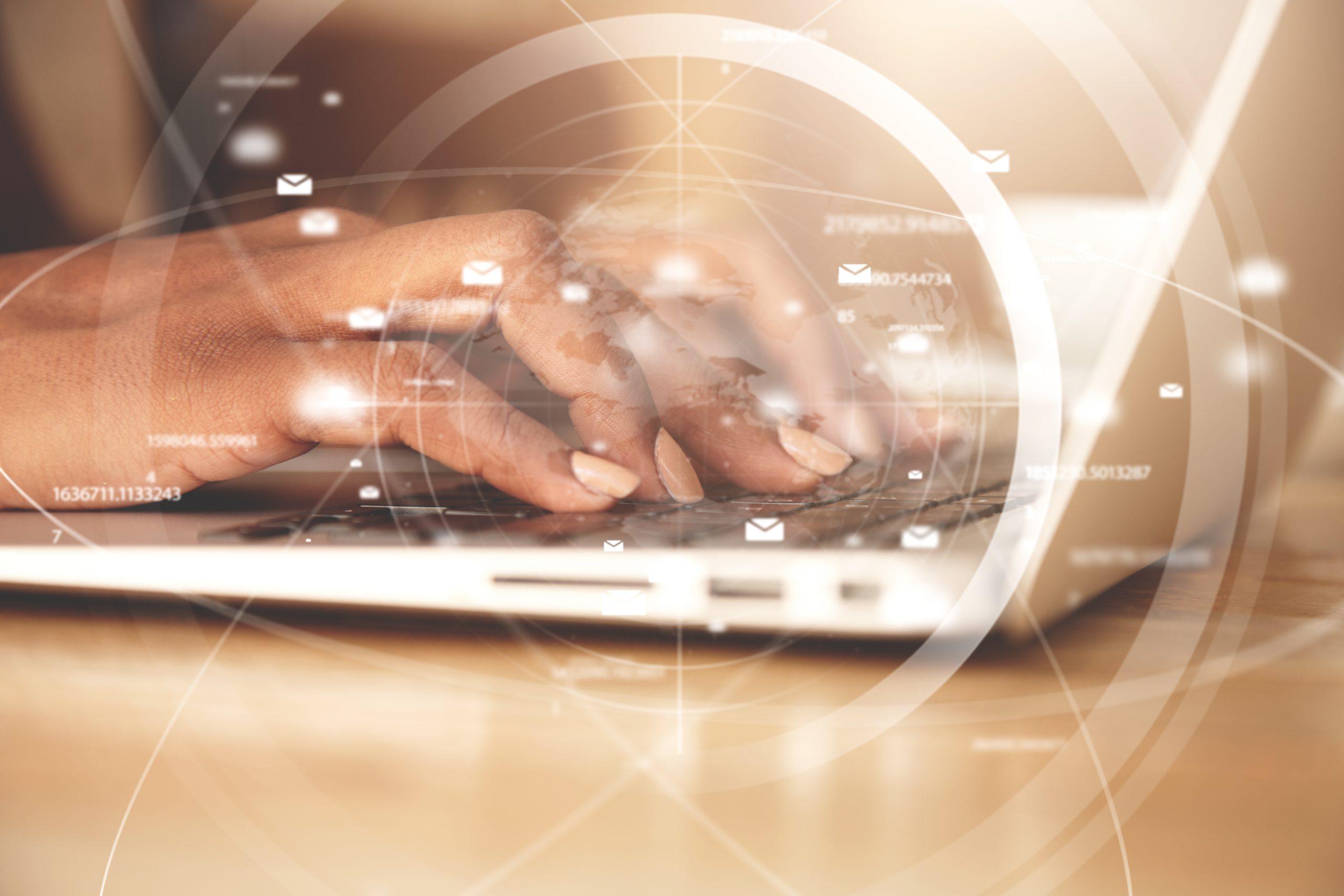 dipendente che usa il computer grazie alle competenze digitali